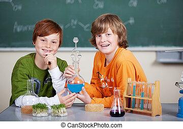 dos, joven, estudiantes, en, clase de química