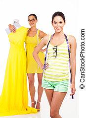dos, joven, hembra, diseñadores de modases