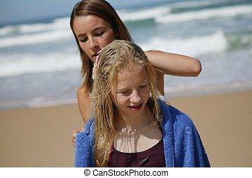 dos, joven, hermanas, en la playa