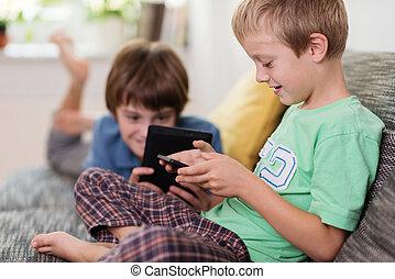 dos, joven, hermanos, relajante, con, su, tabletas