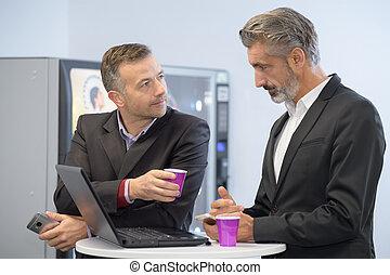 dos, joven, hombres de negocios, tomar café, utilizar, un, computadora de computadora portátil
