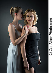 dos, joven, mujeres hermosas, en, vestidos de cóctel