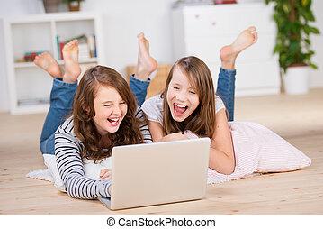 dos, joven, niñas adolescentes, utilizar, un, computador portatil, reír