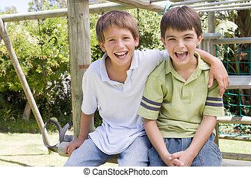 dos, joven, patio de recreo, sonriente, macho, amigos