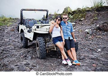 dos, joven, y, mujer se sentar, delante de, un, el suyo, jeep