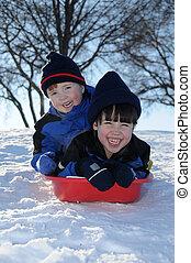 dos, juntos, niños jóvenes, cuesta abajo, el sledding