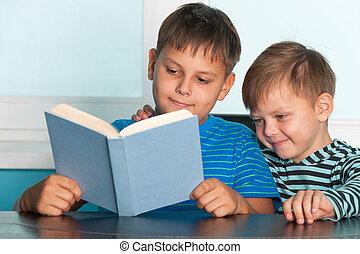 dos, lectura, niños, en, el, escritorio