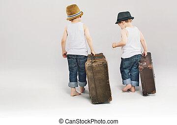 dos, lindo, hermanos, salida, con, su, maletas