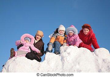 dos, madres, con el niño, sentarse, en, nieve, colina