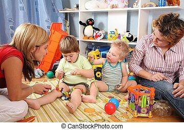 dos, madres, jugar con, niños, en, playroom, 2