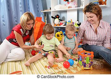 dos, madres, jugar con, niños, en, playroom