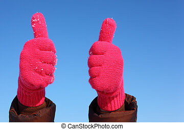 dos manos, en, rojo, guantes, contra, cielo azul, exposición, gesto, aprobar