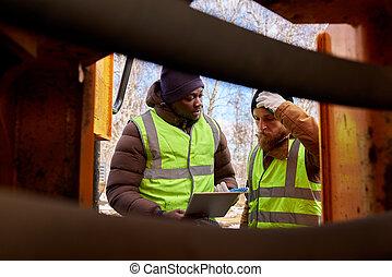 dos, mineros, inspeccionar, vehículo