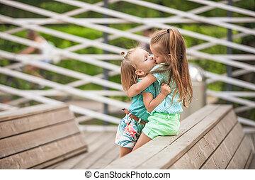 dos, moda, lindo, hermanas, en el parque, aire libre