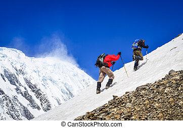 dos, montaña, trekkers, en, nieve, con, picos, plano de fondo
