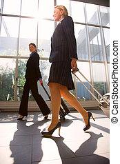 dos, mujer de negocios, con, tranvía