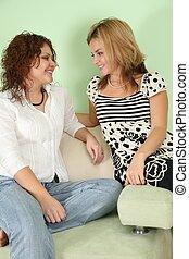 dos, mujer joven, en, sofá