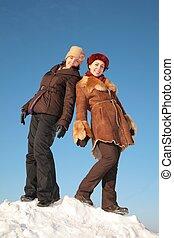 dos, mujer joven, posar, en, nieve, colina, 2