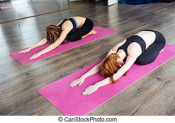 dos, mujer se relajar, y, practicar, yoga, en, estudio