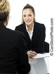 dos mujeres, durante, un, reunión negocio, blanco, plano de fondo, estudio
