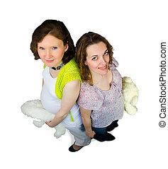 dos, mujeres embarazadas, jugar con, teddy, juguetes