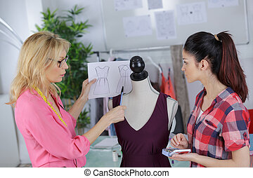 dos mujeres, en, costura, estudio
