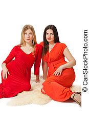 dos mujeres, en, largo, vestido rojo