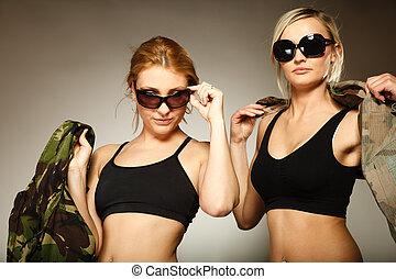dos mujeres, en, militar, ropa, ejército, niñas