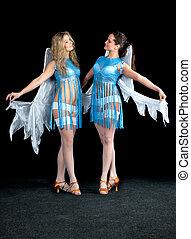 dos mujeres, en, un, vestido azul, con, alas ángel, baile