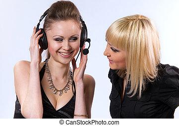 dos mujeres, escuchar música