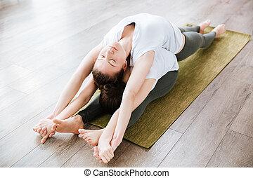 dos mujeres, extensión, y, practicar, yoga, en, estudio