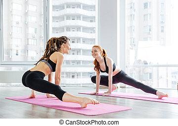 dos, mujeres felices, hacer, extensión, ejercicios, juntos, en, estudio del yoga