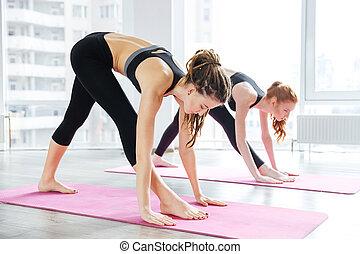 dos mujeres, hacer, ejercicios, en, yoga, centro