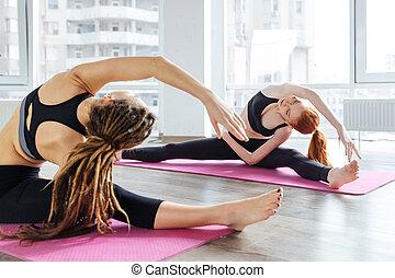 dos mujeres, hacer, ejercicios, y, extensión, en, estudio del yoga