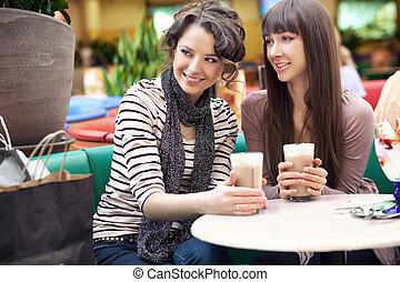 dos, mujeres hermosas, café de bebida, y, charlar
