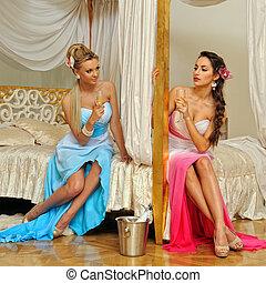 dos, mujeres hermosas, celebrar, acontecimiento, en, lujo, interior.