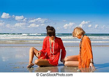 dos, mujeres hermosas, el sentarse en la playa