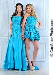 dos, mujeres hermosas, en, largo, y, cortocircuito, tarde, dresses.