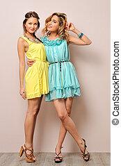 dos, mujeres hermosas, en, verano, dresses.