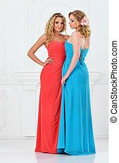 dos, mujeres hermosas, en, vestidos de noche