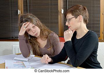 dos, mujeres jóvenes, en, la oficina