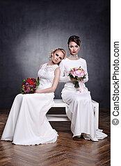 dos, mujeres jóvenes, en, vestidos de novia