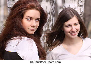 dos, mujeres jóvenes