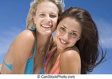 dos, mujeres jóvenes, posar, aire libre