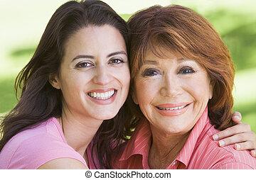 dos mujeres, posición, aire libre, sonriente