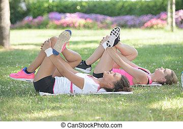 dos mujeres, practicar, yoga, en el parque