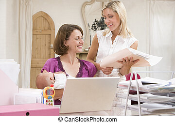 dos mujeres, y, un, bebé, en, ministerio del interior, con, computador portatil
