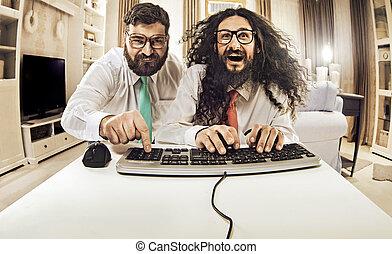 dos, nerdy, tipos, trabajando, con, un, computadora