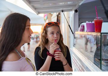 dos, niñas adolescentes, comprar, zalamero, en, un,...