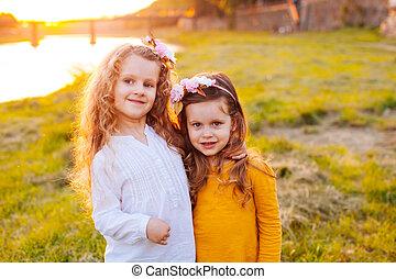 dos niñas, en, parque verde